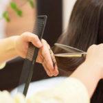 髪をすき過ぎるのは毛先がパサパサの原因です