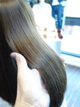 色が抜けてオレンジになった髪を外国人風に