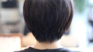 くせ毛で髪が多いからこそスッキリとショートヘアに